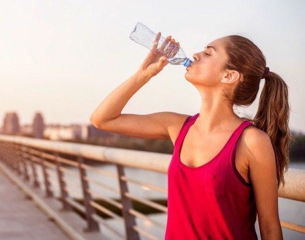 Água gelada ou isotônico? Descubra qual deles ajuda a performance