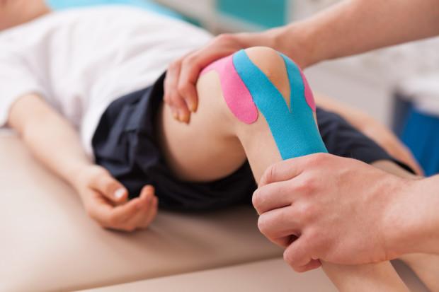 Bandagens adesivas colocadas por um profissional podem ajudar a proteger a região lesionada. Foto: iStock