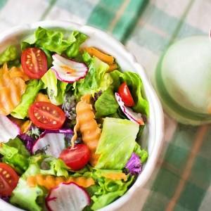 Faça uma salada vegetariana colorida