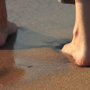 Andar descalço fortalece os pés