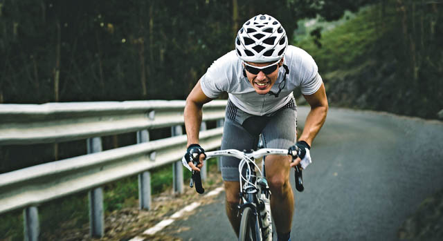 homem subida bicicleta