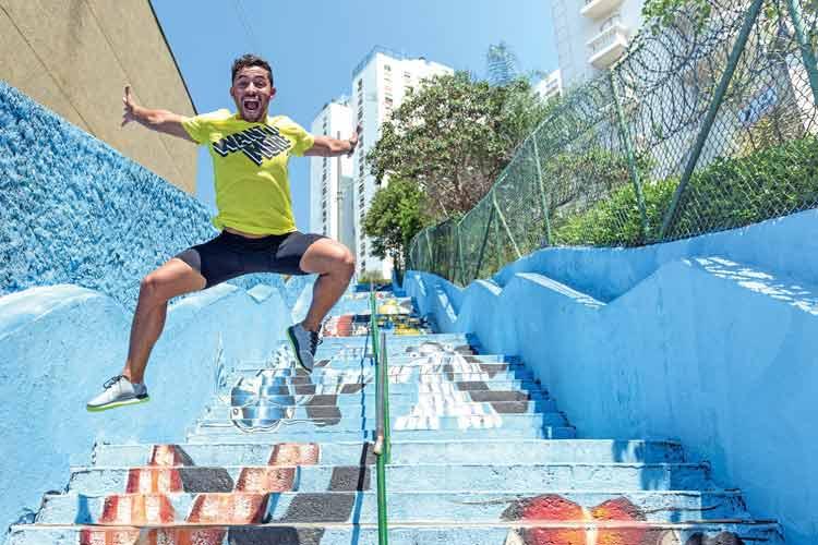 Homem pulando na escada
