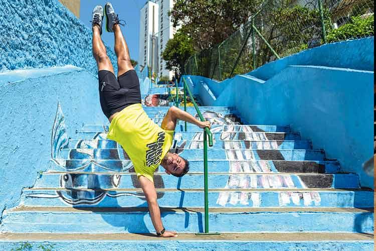 Homem se exercitando em escada