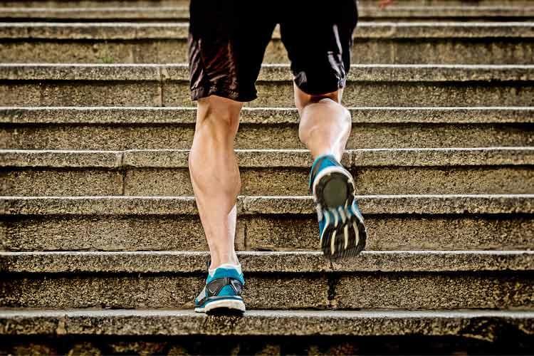 Pessoa subindo escadas