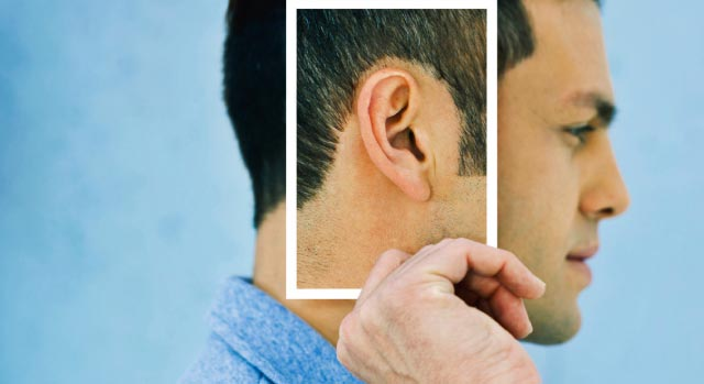 Homem mostrando sua orelha