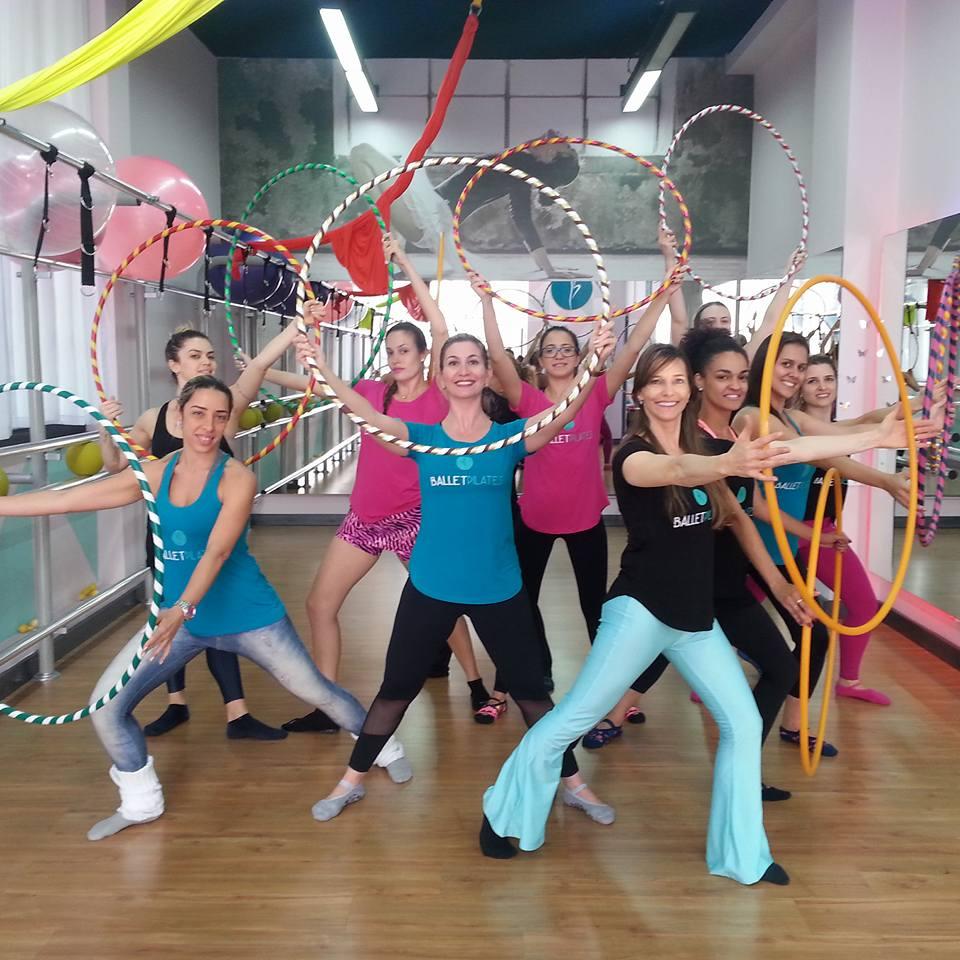 Mulheres em aula de Ballet Pilates com bambolês