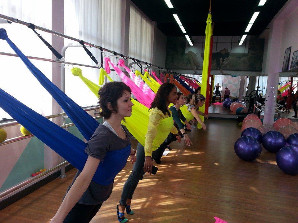 Mulheres em aula de Ballet Pilates com tecido