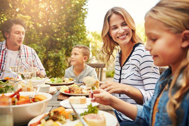 Família reunida no fim de semana, comendo