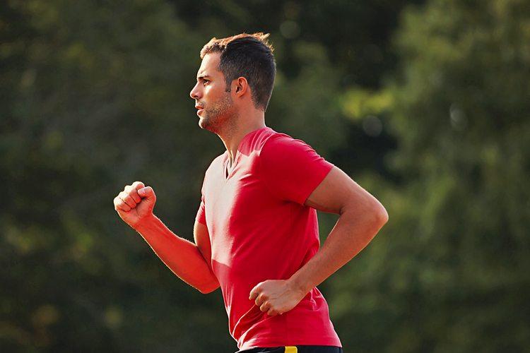 Homem correndo em treino