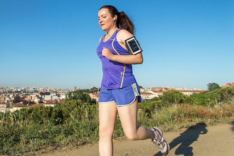Mulher cansada ao correr na poluição