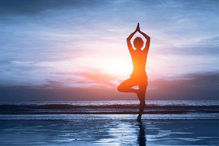 pessoa praticando ioga na agua
