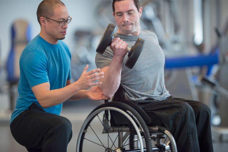 Conheça 6 exercícios de musculação para cadeirantes