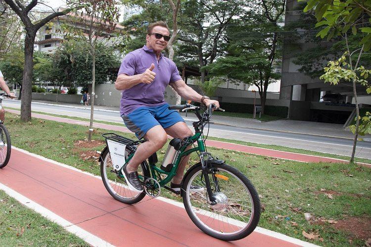 Arnold Schwarzenegger passeia de bike por ciclovia de São Paulo e conhece parque da cidade