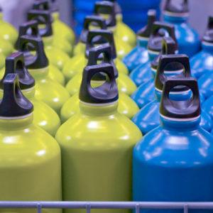 Aprenda a limpar do jeito certo as garrafas de água