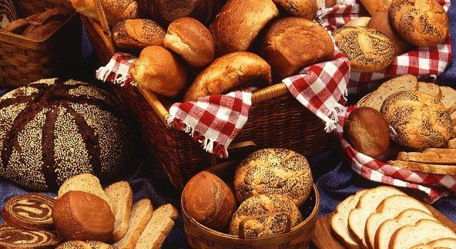 Cortar carboidrato à noite ajuda a emagrecer? Nutricionista esclarece que não. Na foto, cestas com pães e bolos.